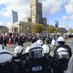 Počas protestov vo Varšave proti pandemickým opatreniam zatkli stovky ľudí