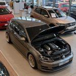 Tento Volkswagen Golf má pod kapotou V8 a pohon zadných kolies.