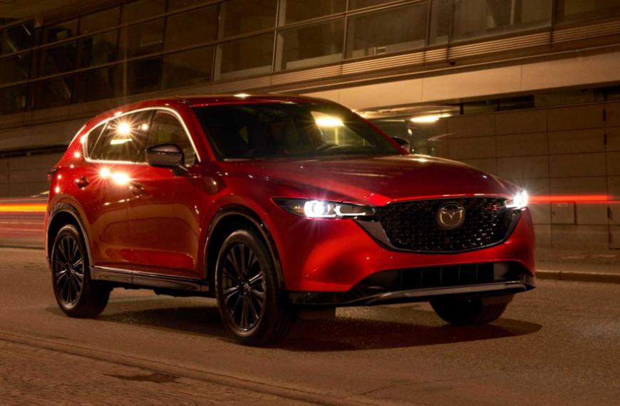 Mazda CX-5 dostala aktualizáciu, ktorá prináša nové verzie a upravený dizajn.